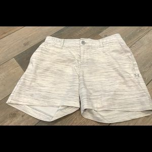 Under Armour heat gear golf shorts Sz 2 white/gray